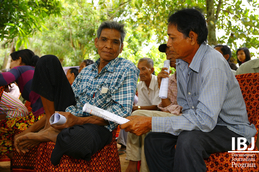 Villagers listen on at second day of Street Law in Pursat.