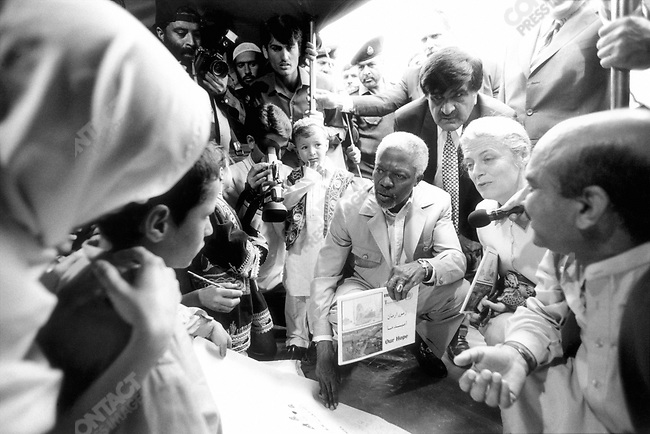 Kofi ANNAN.with wife Nane in medical tent, Shamshatoo Afghan refugee camp near, Peshawar, Pakistan.March 2001