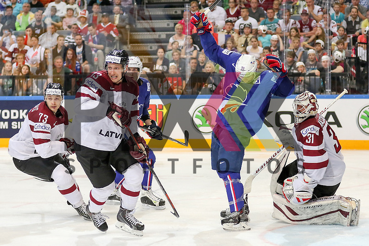 Frankreichs Roussel, Antoine (Nr.21) im Zweikampf mit Lativa Masalskis, Edgars (Nr.31) und Lativa Galvins, Guntis (Nr.13)  im Spiel IIHF WC15 France vs. Lativa.<br /> <br /> Foto &copy; P-I-X.org *** Foto ist honorarpflichtig! *** Auf Anfrage in hoeherer Qualitaet/Aufloesung. Belegexemplar erbeten. Veroeffentlichung ausschliesslich fuer journalistisch-publizistische Zwecke. For editorial use only.