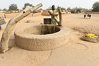 NIGER, Maradi, village Dan Bako, villager fetch water from well with pulley with power of oxes / Dorfbewohner holen mit Kraft der Ochsen Wasserüber eine Seilwinde aus einem tiefen Brunnen