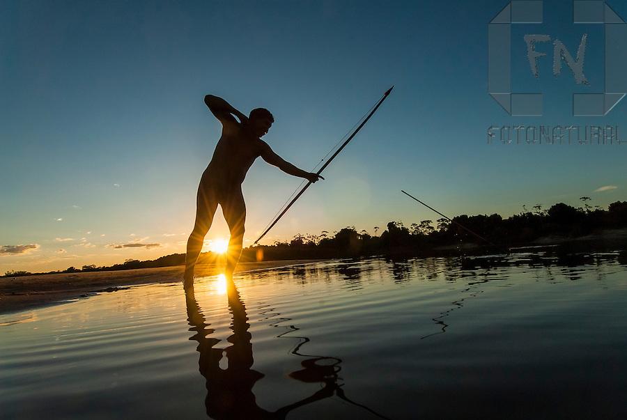 &Iacute;ndio Kalapalo pescando com arco e flecha &agrave;s margens do Rio Kuluene no Parque Ind&iacute;gena do Xingu   Kalapalo indian fishing with bow and arrow along the margins of the Kuluene River in the Xingu Indigenous Park<br /> <br /> LOCAL: Quer&ecirc;ncia, Mato Grosso, Brasil <br /> DATE: 07/2009 <br /> &copy;Pal&ecirc; Zuppani