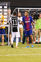 EAST RUTHERFORD, EUA, 22.07.2017 - JUVENTUS-BARCELONA - Neymar Jr. do Barcelona (ESP) e Douglas Costa da Juventus (ITA) após jogo valido pela Internacional Champions Cup no MetLife Stadium na cidade de East Rutherford nos Estados Unidos neste sábado, 22.(Foto: William Volcov/Brazil Photo Press)
