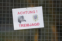 Mörfelden-Walldorf 19.11.2019: Wildschwein- und Dammwildjagd<br /> Sicherheitshinweise an den Zugängen zum Mönchswald<br /> Foto: Vollformat/Marc Schüler, Schäfergasse 5, 65428 R'eim, Fon 0151/11654988, Bankverbindung KSKGG BLZ. 50852553 , KTO. 16003352. Alle Honorare zzgl. 7% MwSt.