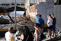SAO PAULO, SP, 10 MARÇO 2013 -Um murro de arrimo caiu sobre 30 veiculos no stacionamento na Rua Oliveira Alves no Bairro do Sacoma  (FOTO: ADRIANO LIMA / BRAZIL PHOTO PRESS).