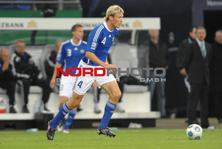 Fussball, L&auml;nderspiel, WM 2010 Qualifikation Gruppe 4  14. Spieltag<br />  Deutschland (GER) vs. Finnland ( FIN ) 1:1 ( 0:1 )<br /> <br /> Sami Hyypi&auml; (Finnland # 04) <br /> <br /> Foto &copy; nph (  nordphoto  )<br />  *** Local Caption *** <br /> <br /> Fotos sind ohne vorherigen schriftliche Zustimmung ausschliesslich f&uuml;r redaktionelle Publikationszwecke zu verwenden.<br /> Auf Anfrage in hoeherer Qualitaet/Aufloesung