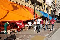 SAO PAULO, SP, 08 DE FEVEREIRO 2012 - ACAMPAMENTO DE FAMILIARES DO MOVIMENTO (FLM) - FRENTE DE LUTA POR MORADIA (FLM)-  Familiares da Frente de Luta por Moradia são visto na manhã desta quarta-feira (8), acampados na calçada da Av. São João na região central de São Paulo. Estão acampados desde do dia 02 de fevereiro devido a reintegração de posse do predio  da Av. Ipiranga com a Av. São João.(FOTOS: AMAURI NEHN/NEWS FREE)