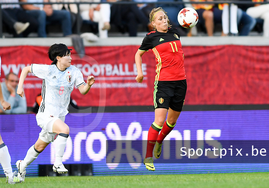20170613 - LEUVEN ,  BELGIUM : Belgian Janice Cayman (r) pictured controlling the ball in front of Japanese Mayu Sasaki (left) during the friendly female soccer game between the Belgian Red Flames and JAPAN , a friendly game in the preparation for the European Championship in The Netherlands 2017  , Tuesday 13 th June 2017 at Stadion Den Dreef  in Leuven , Belgium. PHOTO SPORTPIX.BE | DAVID CATRY