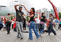 Wedstrijd Salsadansen in Rotterdam, op het Schouwburgplein
