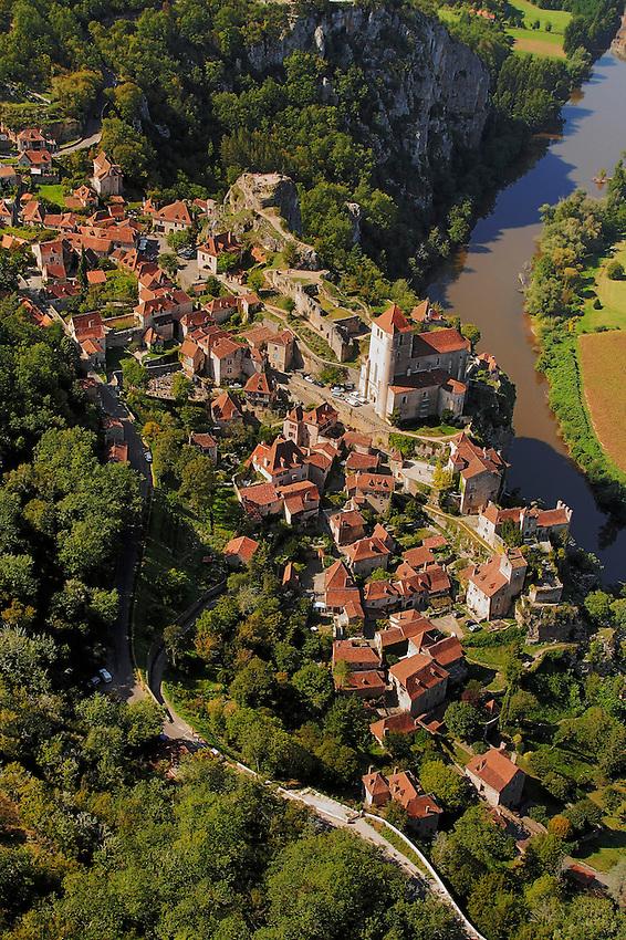 La cite medievale de Saint Cirq Lapopie domine la vallee du Lot, c'est l'un des site les plus remarquable de la region..The medieval city of Saint Cirq Lapopie dominates the valley of the Lot, it is one of the most remarkable site of the area.