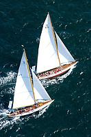 Kieler Woche:EUROPA, DEUTSCHLAND, SCHLESWIG- HOLSTEIN 22.06.2005:Kieler Woche, 12er Yachten hart am Wind in der Kieler Förde. Diese beiden Schiffe zeigen in ihrem Match Race die klassische Rumpfform. Die hintere Yacht mit dem Segelkennzeichen K10 hat die Yacht im Vordergrund mit dem Segelkennzeichen D1 im Lee überholt. <br />Luftaufnahme, Luftbild,  Luftansicht