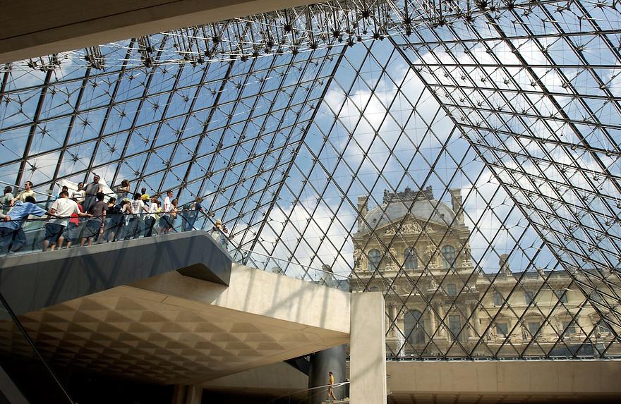 Frankrijk, Parijs, 11 juli 2003..Parijs. Museum het Louvre..Pyramide van glas, entree van het museum. Door het glas is het oude gebouw van paleis het louvre te zien..toerisme, toeristen, cultuur, .Foto (c) Michiel Wijnbergh