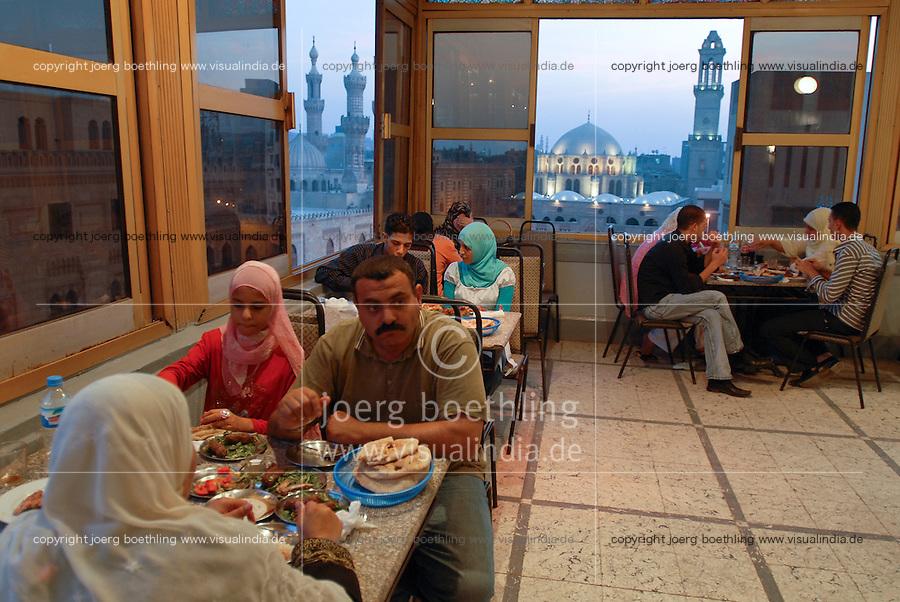 Aegypten Kairo Cairo, Restaurants an der El-Hussein Moschee im Stadtteil Khan el Khalili , Menschen beim Iftar Fest dem Fastenbrechen im Fastenmonat Ramadan / EGYPT Cairo  , El-Hussein mosque in Khan el Khalili , people celebrate Iftar the fast break in holy month Ramadan
