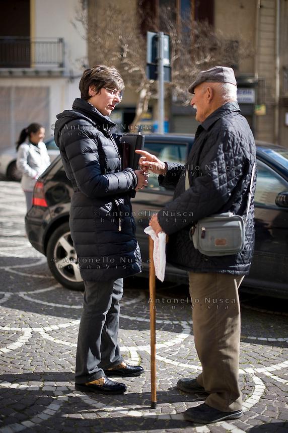 Il Sindaco di Corleone, Leoluchina Savona parla con un cittadino nella Piazza del Municipio di Corleone.<br /> Leoluchina Savona, Mayor of Corleone