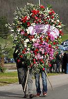 coorone di fiori  ai funerali  di  Pino Daniele al santuario del divino amore di Roma