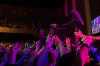 SAO PAULO, SP, 23 DE MARÇO DE 2013 - SHOW CAPITAL INICIAL - Vocalista Dinho Ouro Preto se joga na platéria durante Apresentação da banda Capital Inicial, realizada na noite deste sabado (23) no Credicard Hall em São Paulo. FOTO: LEVI BIANCO - BRAZIL PHOTO PRESS