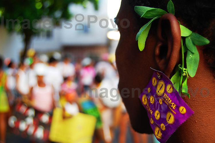 Carnaval de Rua no Conjunto de favelas da Maré, desfile do bloco se benze que dá. Rio de Janeiro, Brasil.