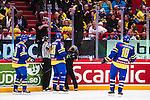 Stockholm 2014-05-03 Ishockey Oddset Hockey Games  Sverige - Finland :  <br /> Plexiglaset har g&aring;tt s&auml;nder och Globens personal byter en plexiglas skiva under ett avbrott i matchen<br /> (Foto: Kenta J&ouml;nsson) Nyckelord:  Oddset Hockey Games Sverige Swe Tre Kronor Finland Fin Globen Ericsson Globe Arena