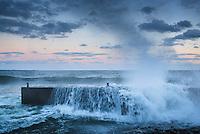 Vågor från havet slår in mot en brygga på Torö i Stockholms skärgård. / Stockholm archipelago Sweden