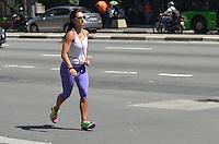 SAO PAULO, 20 DE FEVEREIRO DE 2013. - CLIMA TEMPO SP - Paulistano vive tarde de muito calor nesta quinta feira, 21, regiao central da capital. A maxima para hoje é de 34 graus. (FOTO: ALEXANDRE MOREIRA / BRAZIL PHOTO PRESS)