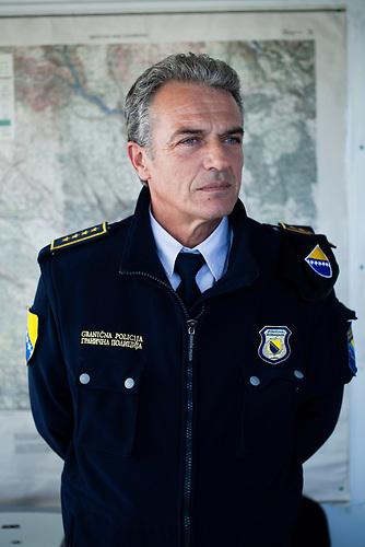 Ein Portrait von Senad Lizde, stellvertretender Kommandant der bosnischen Grenzpolizei f&uuml;r den Bereich S&uuml;dbosnien in seinem B&uuml;ro in Capljina, Bosnien. Lizde hat Soziologie in Sarajewo studiert, arbeitet aber seid &uuml;ber zwanzig Jahren bei der bosnischen Polizei. <br /> A portrait of Mr. Senad Lizde, Assistant to chief of the Bosnian Boarder Police Field Office South in his office in Capljina, Bosnia. Lizde has a degree in Sociology by the University of Sarajevo, but works at the Bosnian police for more than twenty years.<br /> Der kleine Ort Neum liegt in Bosnien-Herzegovina und bildet den einzigen Zugang zum Meer des Balkanlandes. Auf einer L&auml;nge von 9 km durchschneidet der Ort das kroatische Staatsgebiet (Neum-Korridor) Seit dem EU-Beitritt Kroatiens ist Neum auf beiden Seiten von EU-Au&szlig;engrenzen eingeschlossen. / The small city of Neum in Bosnia and Herzegovina is the only place in Bosnia, where the country has access to the adriatic sea. Over a length of 9 kilometers the area cuts Croatian territory in two pieces. Since Croatia became part of the European Union, the city of Neum is enclosed between two EU-boarders.