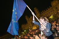 UNGARN, 12.04.2017, Budapest - V. Bezirk. Proteste gegen das Gesetzesvorhaben der Fidesz-Regierung, Nichtregierungsorganisationen nach russischem Vorbild als &quot;auslaendische Agenten&quot; zu diskreditieren, wenn sie Foerderung aus dem Ausland erhalten, z.B. von der EU: Spaeter sammelt sich die wuetende Menge auf dem Kossuth-Lajos-Platz vor dem Parlament (im Hintergrund das Volkskundemuseum). Schwenken der EU-Flagge. | Protests against the Fidesz government's Russian-inspired draft law to discredit NGOs as &quot;foreign agents&quot; when they  reiceive funding from abroad, e.g. from the EU: Later the angry crowd gathers on Kossuth square in front of the parliament building (in the background the ethnographical museum). Waving the EU flag.<br /> &copy; Martin Fejer/EST&amp;OST