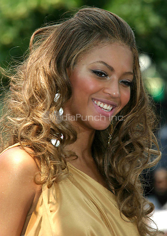 BEYONCE KNOWLES PERFORMS ON  THE  CBS  EARLY SHOW AT CBS  PLAZA IN  NYC 06/27/2003 <br /> Photo By John Barrett/PHOTOlink/MediaPunch