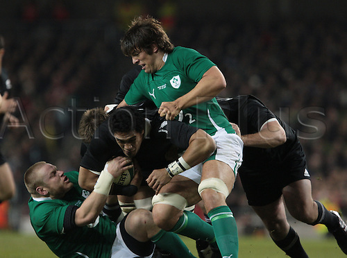 20.11.2010 International Rugby Union from Lansdowne Road Dublin. Ireland v New Zealand. Jerome Kaino (New Zealand)  goes in to contact with Tom Court (Ireland) and Donnacha O'Callaghan (Ireland).