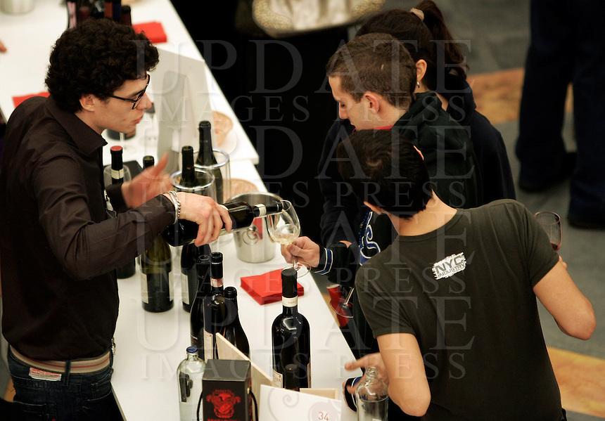 Ultima giornata del Roma Wine Festival, 2 marzo 2008..A sommelier pours wine to a visitor at the Rome Wine Festival, 2 march 2008..UPDATE IMAGES PRESS/Riccardo De Luca
