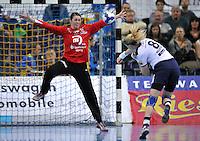 Handball Frauen Champions League 2013/14 - Handballclub Leipzig (HCL) gegen RK Krim Ljubljana am 13.10.2013 in Leipzig (Sachsen). <br /> IM BILD: HCL Torfrau Julia Plöger / Ploeger beim Siebenmeter von Tamara Mavsar (Krim) <br /> Foto: Christian Nitsche / aif
