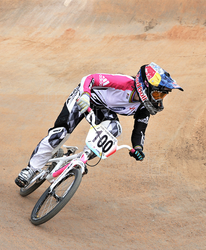 BOGOTA – COLOMBIA – 30-06-2013: Mariana Pajon, campeona Olimpica de BMX, durante competencia en Bogota, junio 30 de 2013. Se realiza en la Unidad Deportiva de El Salitre en la Pista Mario Soto la VI Y VII validas nacionales del Torneo de BMX, con la participación de mas  quinientos deportistas de las diferentes ligas del país, selectivo y preparatorio al Campeonato Mundial UCI BMX con sede en Nueva Zelandia (Foto:VizzorImage / Luis Ramirez / Staff). Mariana Pajon, BMX Olympic Champion during competition in Bogota, June 30, 2013. It takes place in Sports Unit El Salitre, on Track Mario Soto la VI and VII valid BMX National Tournament, with the participation of over five hundred athletes from the different leagues in the country, selective and preparatory to UCI BMX World Championships based in New Zealand  (Photo: VizzorImage / Luis Ramirez / Staff)