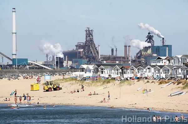 Nederland IJmuiden 2016.  Strandhuisjes.  Op de achtergrond Tata Steel, de vroegere hoogovens. Foto Berlinda van Dam / Hollandse Hoogte