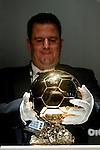 Ein FIFA Mitarbeiter stellt den Ballon D'Or, die neue Auszeichnung fuer den besten Weltfussballer auf einen Sockel (Andreas Meier/EQ Images)