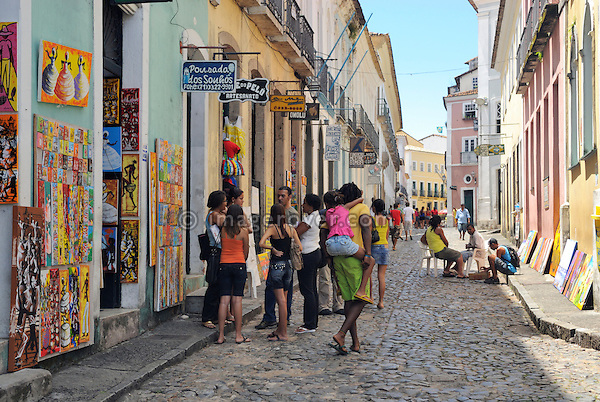 Brazil, Bahia, Salvador: Tourists in Pelourinho, the beautifully restored historic center of Salvador de Bahia. --- Info: The district Pelourinho was built by the Portuguese in the 18th and 19th century as a residential and administrative center. Neglected for a greater part of the 20th century, Pelourinho received in 1985 the status as a UNESCO World Heritage Site. Restored it is today the crown jewel of Salvador. --- No signed releases available.