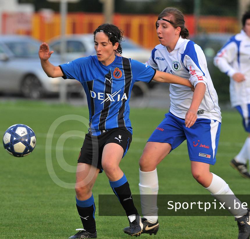 Club Brugge Dames - KSK Heist :  Lore Dezeure beschermt de bal voor Freya Van Aelst (rechts).foto VDB / BART VANDENBROUCKE