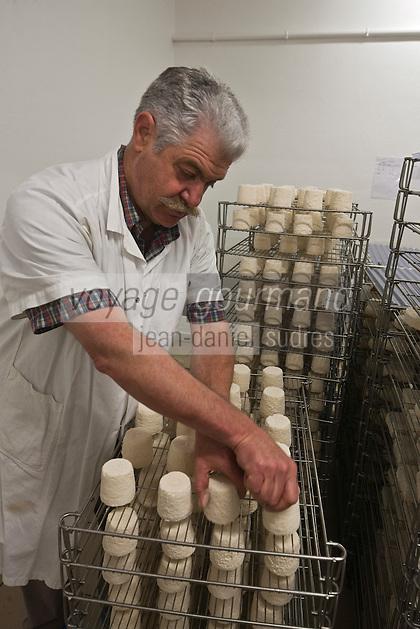 Europe/France/Poitou-Charentes/79/Deux-Sèvres/Villemain: Fromagerie à la ferme de Paul Gorgelet: Le Petit Boisselage -  Paul Gorgelet surveille l'affinage de ses Chabichous du Poitou
