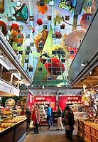 Rotterdam- De Markthal te Rotterdam is een woon- en winkelgebouw met inpandige markthal, gesitueerd bij Blaak. De opening vond plaats op 1 oktober 2014 . Het interieur van de hal is gedecoreerd met afbeeldingen van fruit en bloemen.