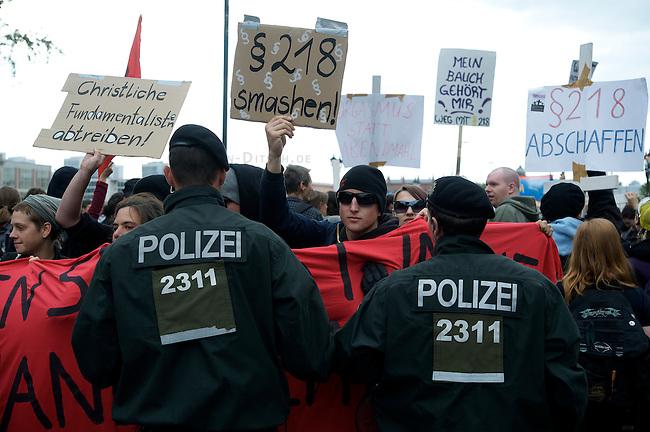 Proteste gegen christlich-fundamentalistische Abtreibungsgegner<br />Anlaesslich eines Schweigemarsches unter dem Motto &quot;Marsch fuer das Leben&quot; des christlich-fundamentalistischen Bundesverband Lebensrecht e.V. am 26. September 2009 in Berlin protestierten etwa 1000 Menschen. Sie begleiteten den Marsch durch die Berliner Innenstadt mit Plakaten, Transparenten Sprechchoeren und Trillerpfeifen.<br />26.9.2009, Berlin<br />Copyright: Christian-Ditsch.de<br />[Inhaltsveraendernde Manipulation des Fotos nur nach ausdruecklicher Genehmigung des Fotografen. Vereinbarungen ueber Abtretung von Persoenlichkeitsrechten/Model Release der abgebildeten Person/Personen liegen nicht vor. NO MODEL RELEASE! Don't publish without copyright Christian Ditsch/version-foto.de, Veroeffentlichung nur mit Fotografennennung, sowie gegen Honorar, MwSt. und Beleg. Konto: Konto: I N G - D i B a, IBAN DE58500105175400192269, BIC INGDDEFFXXX, Kontakt: post@christian-ditsch.de Urhebervermerk wird gemaess Paragraph 13 UHG verlangt.]