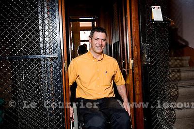 Genève, le 22.06.2010.Marc Glaisen. DISCRIMINATION - Paraplégique, Marc Glaisen ne peut plus réintégrer son appartement après la mise aux normes de l'ascenseur. La justice tranchera. .© Le Courrier / J.-P. Di Silvestro