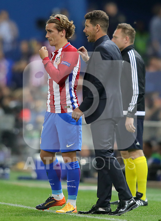 Atletico de Madrid's coach Diego Pablo Cholo Simeone (r) with Antoine Griezmann during Champions League 2016/2017 Quarter-finals 1st leg match. April 12,2017. (ALTERPHOTOS/Acero)