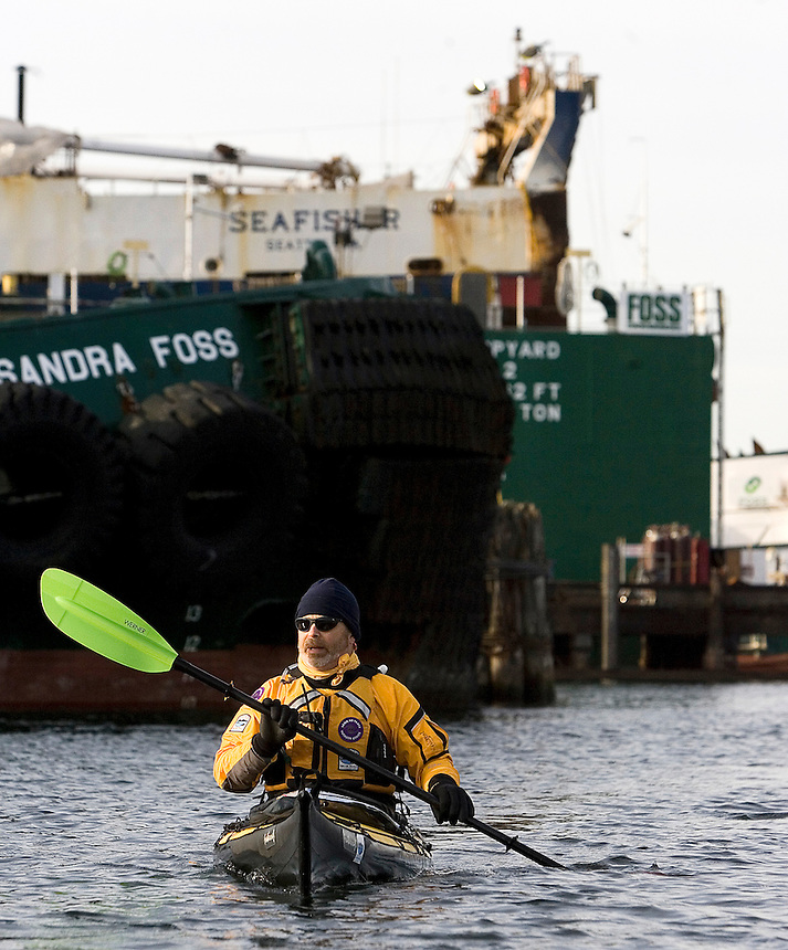 Reed Waite of the Washington Water Trails Association through the Lake Washington ship canal in Seattle Saturday Dec. 8, 2007.