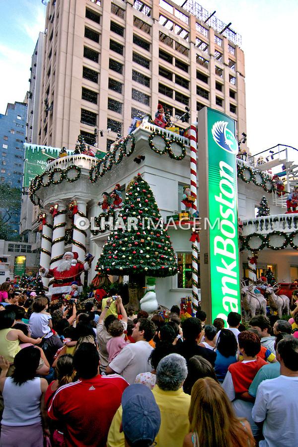 Decoração natalina na Avenida Paulista. São Paulo. 2004. Foto de Juca Martins.