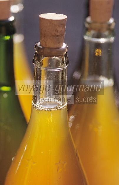 Europe/France/Auvergne/12/Aveyron/Villefranche-de-Rouergue: Bouteilles de jus de pommes sur le marché de la place Notre-Dame