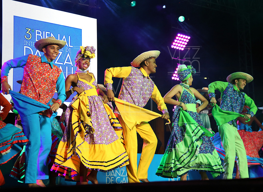 CALI -COLOMBIA-31-10-2017. Grupos de danza durante su presentación en la inauguración de la 3a Bienal Internacional de Danza Cali 2017 que se raliza en la ciudad  de Cali, Colombia entre en 31 de octubre y el 6 de noviembre de 2017.  El lanzamiento se hizo en el Boulevard del Rio de Cali. / Groups of dance during their presentation at the launch of 3rd International Dance Biennial Cali 2017 that takes place in the city of Cali, Colombia between October 31 and November 6, 2017. Tha launch was madde at Boulevard del Río in Cali.  Photo: VizzorImage / Juan C. Quintero / Cont