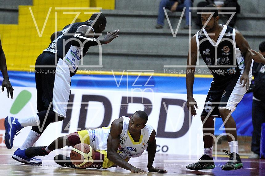 BOGOTÁ-COLOMBIA-09-03-2013.  Fahnbulleh (7) (izq) y Arteaga (6) (der) de Piratas observan la caída de Jennines (8) de Búcaros durante partido de la décima fecha de la Liga Direct TV de baloncesto Profesional de Colombia 2013./ Fahnbulleh (7) (l) and Arteaga (6) (r) see the fall of  Jennines (8)   during the game of the tenth date of Colombian Professional basketball League DirecTV 2013. Photo: VizzorImage/STR