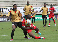 TUNJA -COLOMBIA, 01-03-2015: Elton Martins (Izq) jugador de  Patriotas FC disputa el balón con Carlos Arboleda (Der) jugador de Aguilas Pereira durante partido por la fecha 7 de La Liga Aguila I 2015 jugado en el estadio La Independencia de la ciudad de Tunja. / Elton Martins (L) player of Patriotas FC vies for the ball with Carlos Arboleda (R) player of Aguilas Pereira during the match for the 5th date of La Liga Aguila I 2015 played at La Independence stadium in Tunja. Photo: VizzorImage / Cesar Melgarejo A  / Cont
