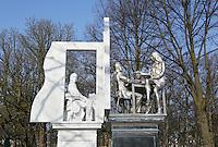 Nederland  Den Haag   2017.  Monument voor de staatsman Thorbecke aan het Lange Voorhout in Den Haag. Het standbeeld is gemaakt door kunstenaar Thom Puckey (1948). Vanuit zijn studeerkamer kijkt Thorbecke de 21e eeuw in.  Berlinda van Dam / Hollandse Hoogte