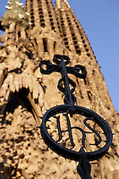 Iron cross on the entry gate to the temple, Nativity façade, La Sagrada Familia, Roman Catholic basilica, Barcelona, Catalonia, Spain, built by Antoni Gaudí (Reus 1852 ? Barcelona 1926) from 1883 to his death. Still incomplete. Picture by Manuel Cohen