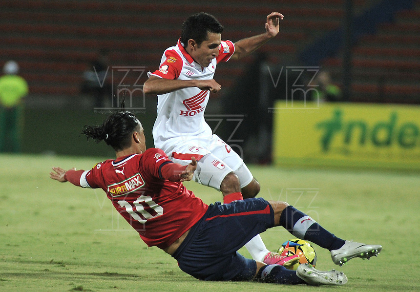 MEDELLÍN -COLOMBIA, 20-04-2013. Giovanny Hernández (i) de Medellín disputa el balón con Hugo Acosta (d) de Santa Fe durante partido de la fecha 12 Liga Postobón 2013-1./ Giovanny Hernández (l) of Medellin fights for the ball with  Hugo Acosta  (r) of Santa Fe during match of the 12th date of Postobon  League 2013-1. Photo: VizzorImage / Luis Ram'rez / Staff..