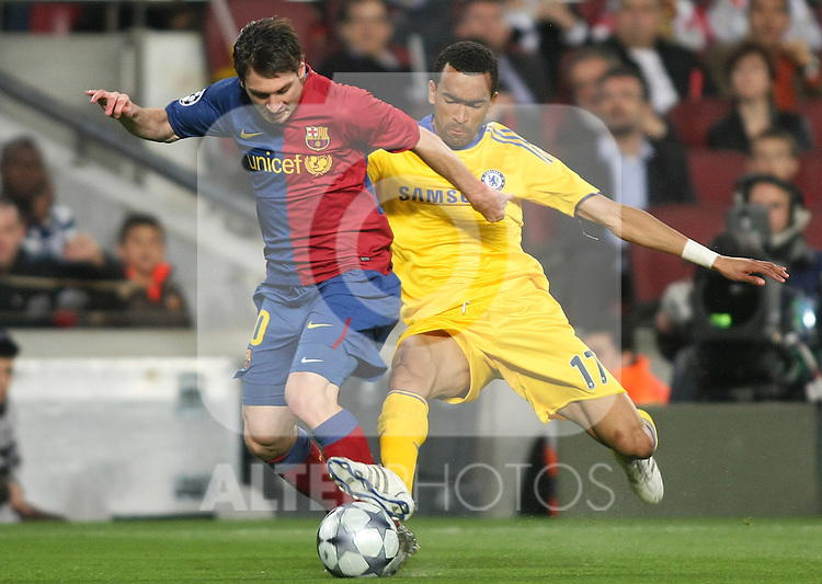 FC Barcelona's Lionel Messi (l) and Chelsea's Jose Bosingwa  during the UEFA Champions League match.April 28 2009. (ALTERPHOTOS/Acero).