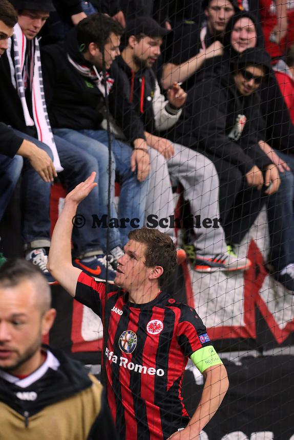 Schlussjubel Sebastian Jung (Eintracht) mit den Fans - 1. Spieltag der UEFA Europa League Eintracht Frankfurt vs. Girondins Bordeaux